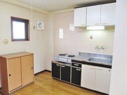 メゾンホワイトの小窓付で明るいキッチン 換気もできます
