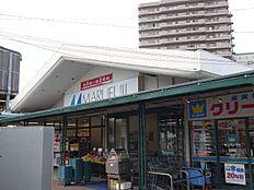 スーパーマルフジ。新鮮な生鮮品が手に入る青梅市民御用達のスーパーマーケット。駐車場も多数あります。千ヶ瀬町店は、マクドナルドも併設。 徒歩 約10分(約790m)