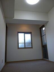 バルコニーへの出入りも可能な洋室約5.2帖。
