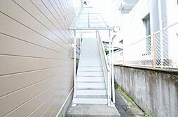 雨の日も安心。白色が映える屋根付き共用階段。