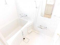 ユニットバスLIXIL製の1116タイプに交換しました。大手メーカーのユニットバスですので、節水効果も高く、家計に優しい浴室です。一日の疲れを落とすのに最適な空間です。