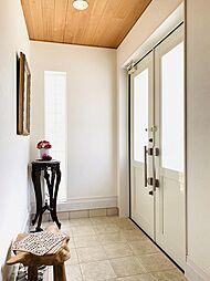 ホワイトを基調にまとめられた清潔感のある明るい玄関。