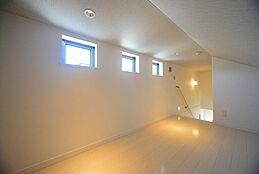 階段付の小屋裏部屋(グルニエ)は多目的利用に非常に便利です。光を取り入れる3つの小窓は内観を照らすだけでなく、外観からもアクセントとなります。(建物プラン例/建物価格2000万円、建物面積89.26m