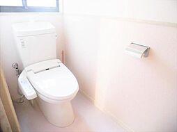 リフォーム前写真トイレ TOTO製の温水洗浄便座トイレに新品交換します。壁・天井のクロス、床のクッションフロアを張り替えます。毎日家族が使う場所なので、清潔感のある空間に仕上げます。