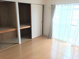和室から洋室にリフォーム済ですたくさん荷物が収納できる押入れがあります