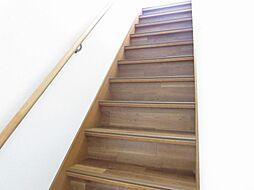 リフォーム済階段です。お子様やご高齢の方に配慮して、新品の手摺りを新設し、ノンスリップ加工を施しました。