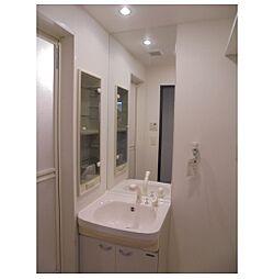 ローズコーポ本町の明るい洗面所です