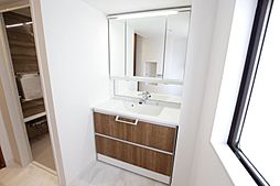 洗面室も窓有で明るく広々としたスペースです