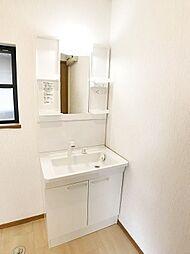 ワイド洗面化粧台。収納も充実しています。