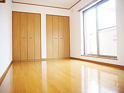 明るい洋室。全居室5.5帖以上でベッドを置いても広々。