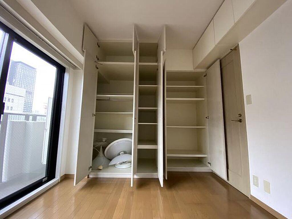 収納(約6.0帖の洋室の収納、上部までしっかり収納スペースございます。吊戸棚もございます。)