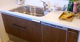 嬉しい食洗機付きで炊事も捗る。便利なカウンター付。