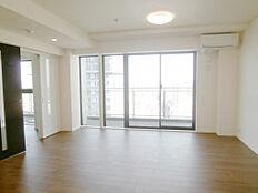リビングルーム。バルコニーはワイドサイズでゆったりと眺望を眺められます。室内リフォーム済です。