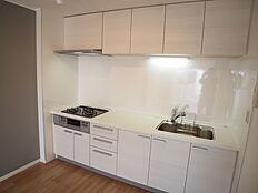 機能的で使い勝手のよいシステムキッチンです。吊り戸棚もあり、収納も豊富です。