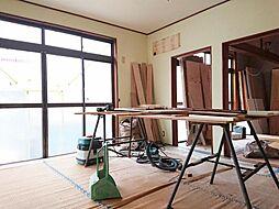 リフォーム中写真12/6撮影リビング別角度 DKからLDKに変更します。家族がだんらんする場所は、ダイニングキッチンと洋室を改装して広いLDKにリノベーションし明るく仕上げます。