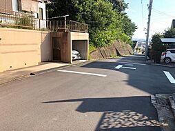 広々とした前面道路で車の出し入れも楽チンです。