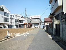 東側前面道路含む現地外観:平成30年3月31日撮影