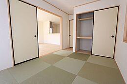 リビングに続く和室は大変開放的です。押入れ付きで寝室や客間として便利にお使い頂けます。