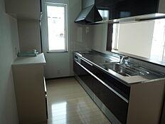対面式キッチン対面式キッチンですのでお料理しながらリビングの様子が伺えます孤立感なくお子様の様子も伺えるのでとても安心ですね