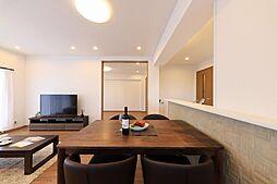 オープンタイプのキッチンには、腰壁にダイケンのデザインパネルを採用いたしました。