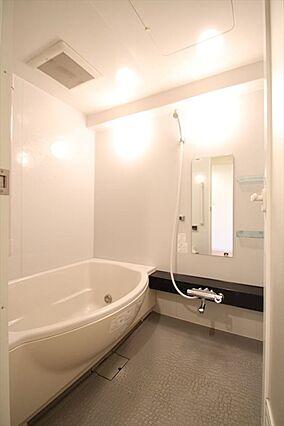 浴室も白い壁で...