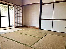 和室1:8畳の和室です。床の間や縁側があり趣味部屋としてもお使いいただけそうです。
