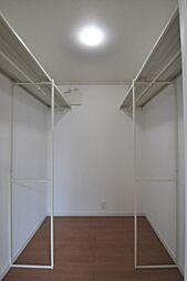 主寝室にある約2.5帖あるウォークインクローゼットです。