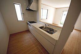 ご家族との会話も弾む対面キッチン。便利な床下収納付きです
