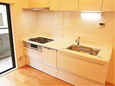 収納豊富で使いやすいシステムキッチン、毎日のお料理が楽しくできますね。
