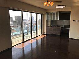 大きな窓が開放的な室内を演出します。
