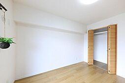洋室リフォーム完了後の南西側洋室です。クロスを貼り替え、床材を上貼りしました。