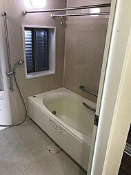 窓付きの広々とした浴室です。