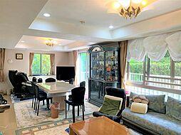 高い天井とワイドサッシが魅力のリビングルーム。白を基調とした上質な空間です。