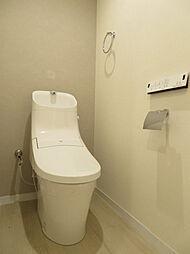トイレもアクセントクロスを張っています。落ち着いた空間に仕上がりました。ウォシュレット機能付きトイレです。タオルリングやペーパーホルダーも完備です(2019年7月20日撮影)