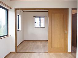 西側の2つの洋室は間仕切りを開ければ広々使えます