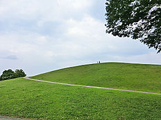 鶴牧東公園は、園の中心に小高い山があるのが特徴です。広々とした芝生や小高い丘の上からの景観が良く、ドラマやCMの撮影などにも使われています。他に水遊びができる池や、野外ステージもあります。