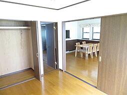 1階 洋室。1階の6帖の洋室は2way仕様。リビングを通らず出入り可能ですので、プライベート空間が守られます。客間としてもお使いいただけますね。