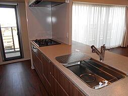 キッチンにはバルコニーへの出入り口が設けられており、手元の明るい中でお料理をお楽しみ頂けます。