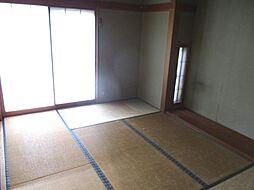 現在リフォーム中 1階西側6畳の和室写真です。天井と壁のクロスを張り替えて、畳は表替えを行う予定です。障子と襖も張り替える予定です。