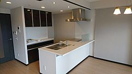 システムキッチン。食器棚があります。