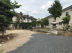 駐車スペースは並列でも縦列でも対応でき、庭まで使えば5台以上の駐車が可能です。(2)