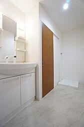 洗面所は廊下側・リビング側の2WAYで家事動線が良いで