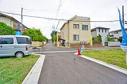 前面道路は約4mしっかり確保していますので車庫入れもスムーズで楽々です。