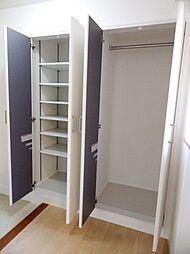可動棚付のシューズクローゼットと上着等を掛けられる玄関収納が設置されています。