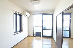 洋室南向きで側面にも窓があって明るいお部屋です