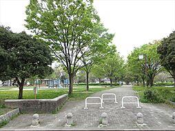 富田公園「水と緑のふれあい公園」をテーマに、テニスコートや子ども広場などの施設が設けられています。お子様とお散歩に出かけて見て下さい。 徒歩 約7分(約500m)
