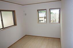 窓が2つある明るい洋室。風通しも心地よい空間です。