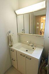 3面鏡洗面台。収納も備わり気持ち良くお使い頂けます。