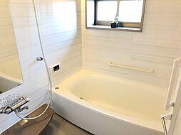 足も伸ばせる広々した浴槽ゆっくりとお風呂に入れます