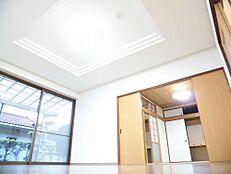 リフォーム済リビングは床を重ね張りし、壁天井のクロスを張り替えました。照明も交換し明るい雰囲気に仕上がりました。